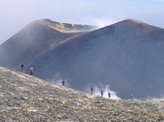 Nicolosi, อิตาลี: Etna Cratere Centrale 3.345 metri - Turisti in escursione