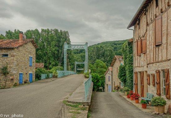Feneyrols, Frankreich: Puente de acceso a la Comuna