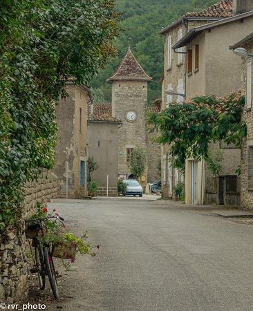 Feneyrols, Frankreich: Campanario de la iglesia en la plaza