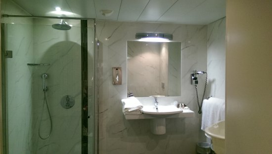 Aigle Noir Hotel: shower in the large standard room