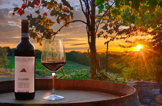 Siena, Itália: Amazing sunset with a glass of our Chianti