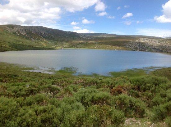 Trefacio, España: Laguna de los Peces (Sanabria, Zamora) vista desde el camino de acceso.