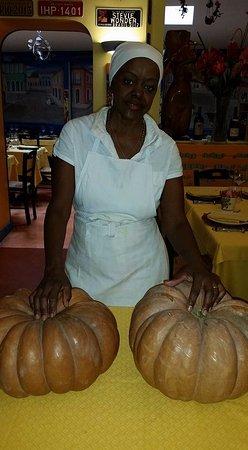 Oficina do Sabor : La nostra tip chef Natalia Costa sta preparando i gfamberi nella zucca.
