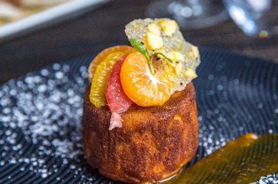 Glen Waverley, Austrália: Flourless Orange & almond cake, fresh citrus and campari salad, vanilla ice cream