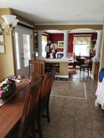 7 Acres Bed & Breakfast: Esstisch plus Eingang