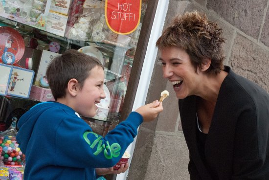 Stonehaven, UK: Young boy lets his mum try his icecream outside Giulianotti's