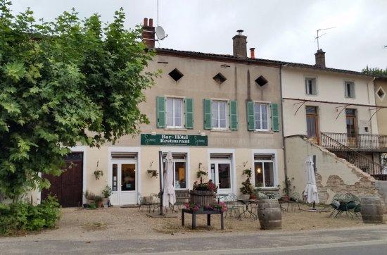 Chardonnay, Francia: vue actuelle en face de la place du Millénaire