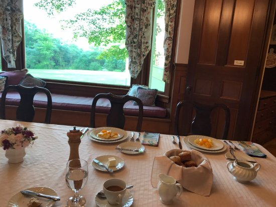 Hyde Park, VT: A yummy breakfast in a lovely dining room.