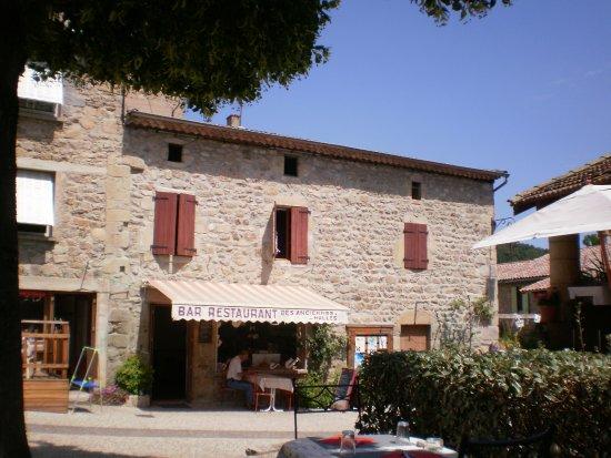 le restaurant est situé dans le coeur du village Photo de