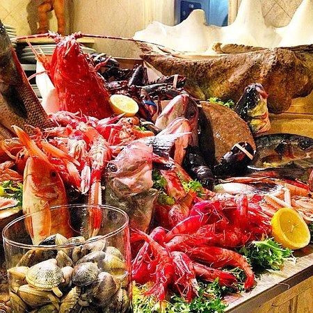 La mostra del pescato del giorno all'entrata