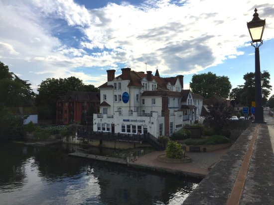 The hotel seen from the Maidenhead bridge