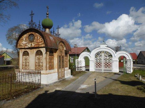 Haapsalu, Estonya: Hübsche Gruft auf dem Friedhof