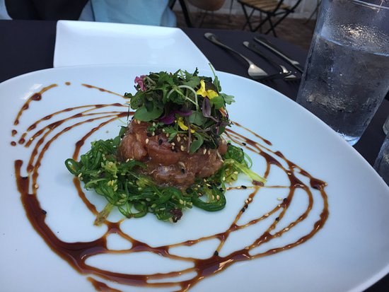 Saugatuck, Мичиган: Tuna Poke starter with soy/sesame and seaweed salad & microgreens.