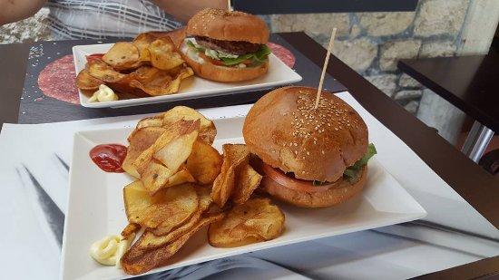 Hamburger fatto con carne degli Allevatori di San Marino, pane del fornaio, patate del contadino