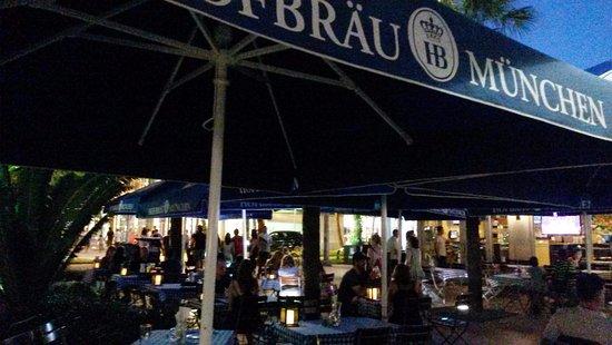 Hofbrau Beerhall: mesas afuera