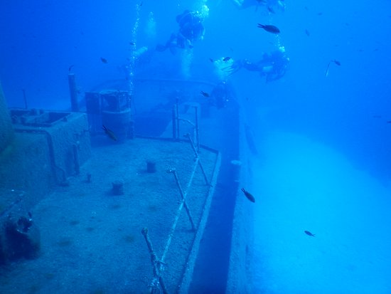 Bugibba, Malta: Diving on the wreck of a small tugboat