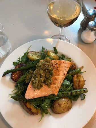 Villerville, Francia: Grilled salmon with asparagus and new potatoes