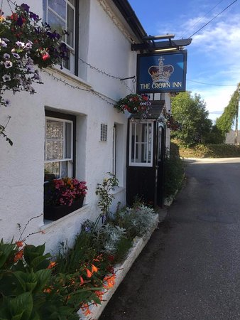 Saint Ewe, UK: The Crown Inn basking in sunshine on a Summers day