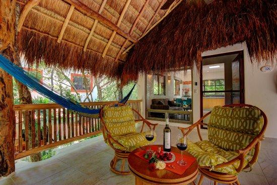 Riviera Maya Suites: Balcón romantico con hamacas y hermosa vista al jardín