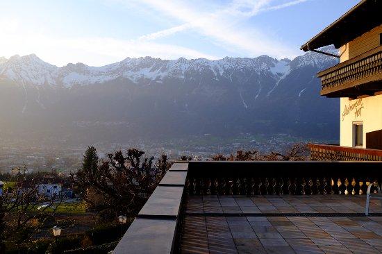 Aldrans, Austria: Vue de la vallée de Innsbruck depuis l'une des terrasses de l'hôtel.