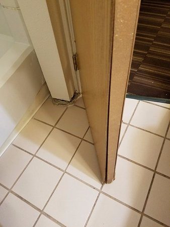 Ramada Denver Midtown: Door doesn't shut and is literally falling apart.