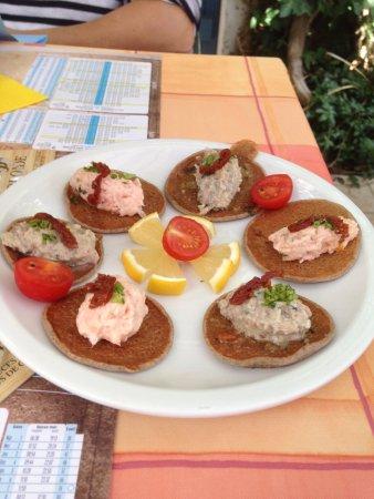 L'Épine, France : blinis blé noir avec soit saumon soit sardines
