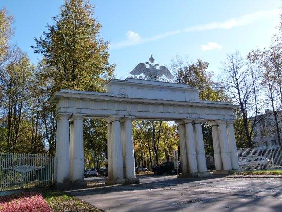 Pavlovsk, Russie : Николаевские (Чугунные) ворота вид с Садовой улицы