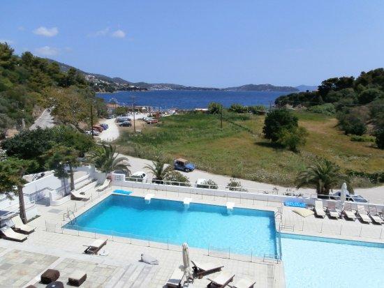 Plaza Skiathos Hotel: La piscina con sullo sfondo la spiaggia nella baia.