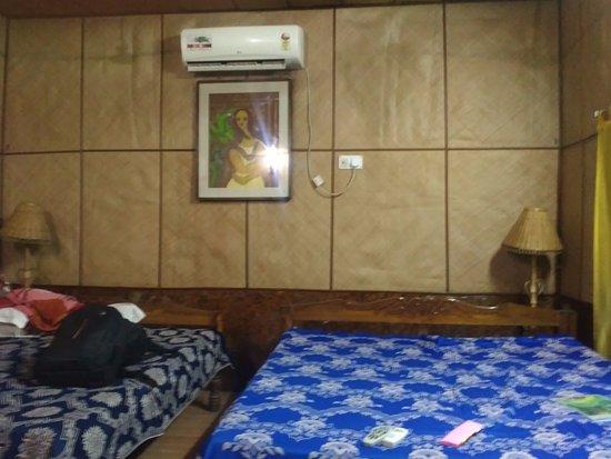 Tajpur Retreat: 4 bedded room in main hotel