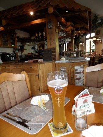 Parchim, Tyskland: een heerlijke hefe weiszen met op de achtergrond de stemmige bar