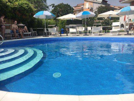Hotel Alexander vista piscina ed esterni
