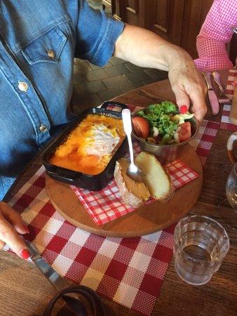 Neuville-en-Ferrain, France : Gerecht met Maradoin kaas.