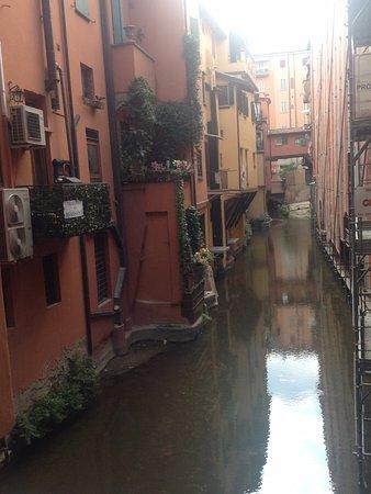 La Piccola Venezia : foto de un canal de bolonia , situado cerca del hotel el canal