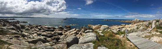 San Vicente do Mar, España: El paseo de madera de Piedras Negras es realmente bonito, salpicado de playas y calas q permiten