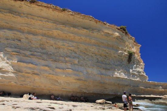Marsaxlokk, Malta: Linia cienia przy skale...