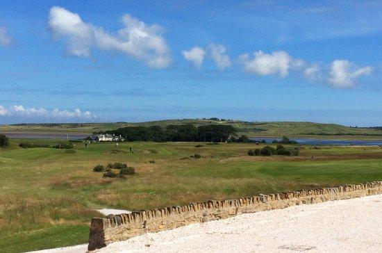 Craigielaw Golf Course: Von der Terrasse vor dem Clubhaus entlang der Bahn 1