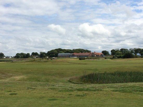 Craigielaw Golf Course: Das Clubhaus von Bahn 5 aus betrachtet
