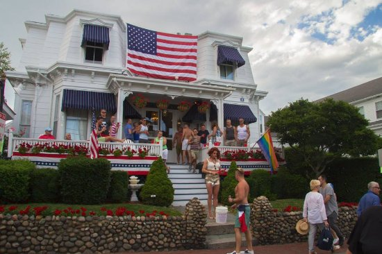 White Wind Inn: Always something happening on the porch