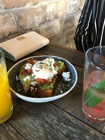 Mascot, أستراليا: Poached eggs, avocado and juice