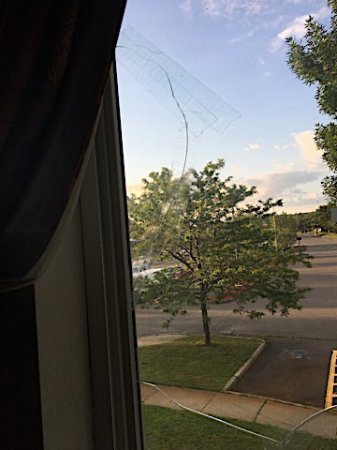 "Willington, Κονέκτικατ: Broken window was Scotch-taped over as a ""repair."""