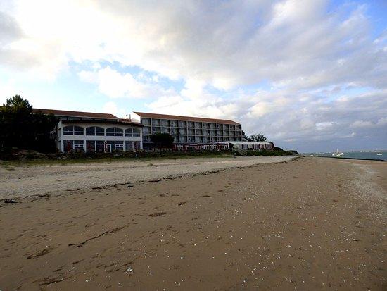 Saint-Trojan-les-Bains, France: L'hotel et la piscine vue de la plage