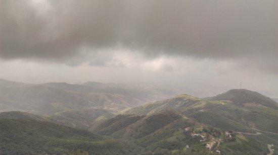 Santuario de Cristo Rey: Vista de los valles desde la cima del cerro del cubilete hay muchas nubes y no se apreciaba muy