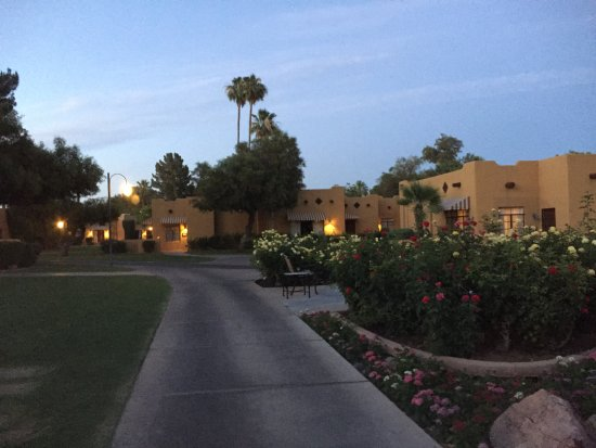 Litchfield Park, AZ: Walkway between rooms