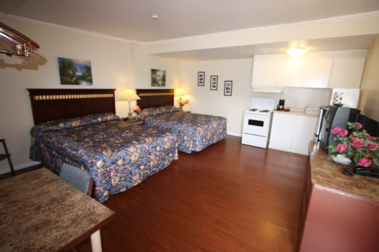 Revelstoke Gateway Inn: Two beds in one room with kitchen