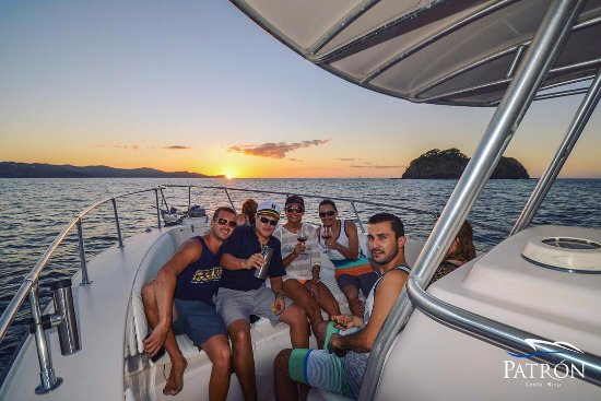 Playas del Coco, Costa Rica: The best sea is with wine and friends! Here today cheer for the ocean!