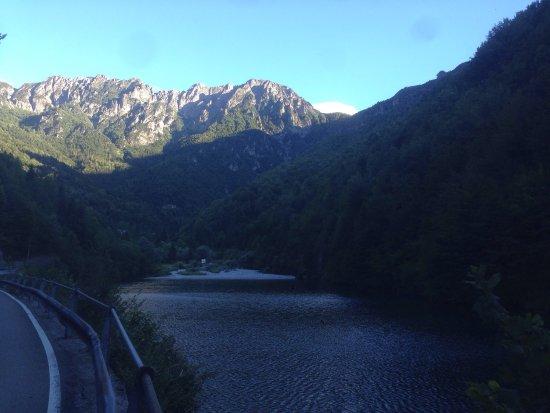 Cassiglio, Italy: Lago pittoresco facilissimo da raggiungere in auto con le montagne che lo circondano. Possibilit