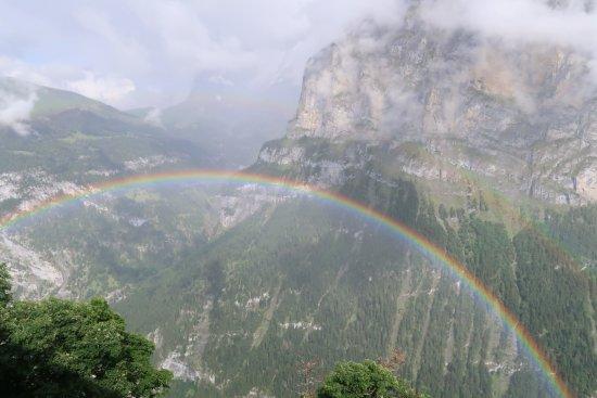 Hotel Edelweiss: 谷にかかった虹を眼下に見下ろす