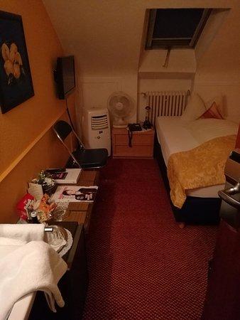 Hotel am Heideloffplatz: Das erste kleine Zimmer mit dem Klimagerät ohne Schlauch