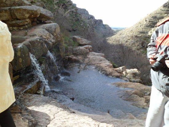 Villa Ventana, Argentina: fuente de bautismo- vista de parte de las cascadas
