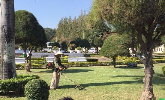 Vientiane, Laos: Le jardinier au travail.